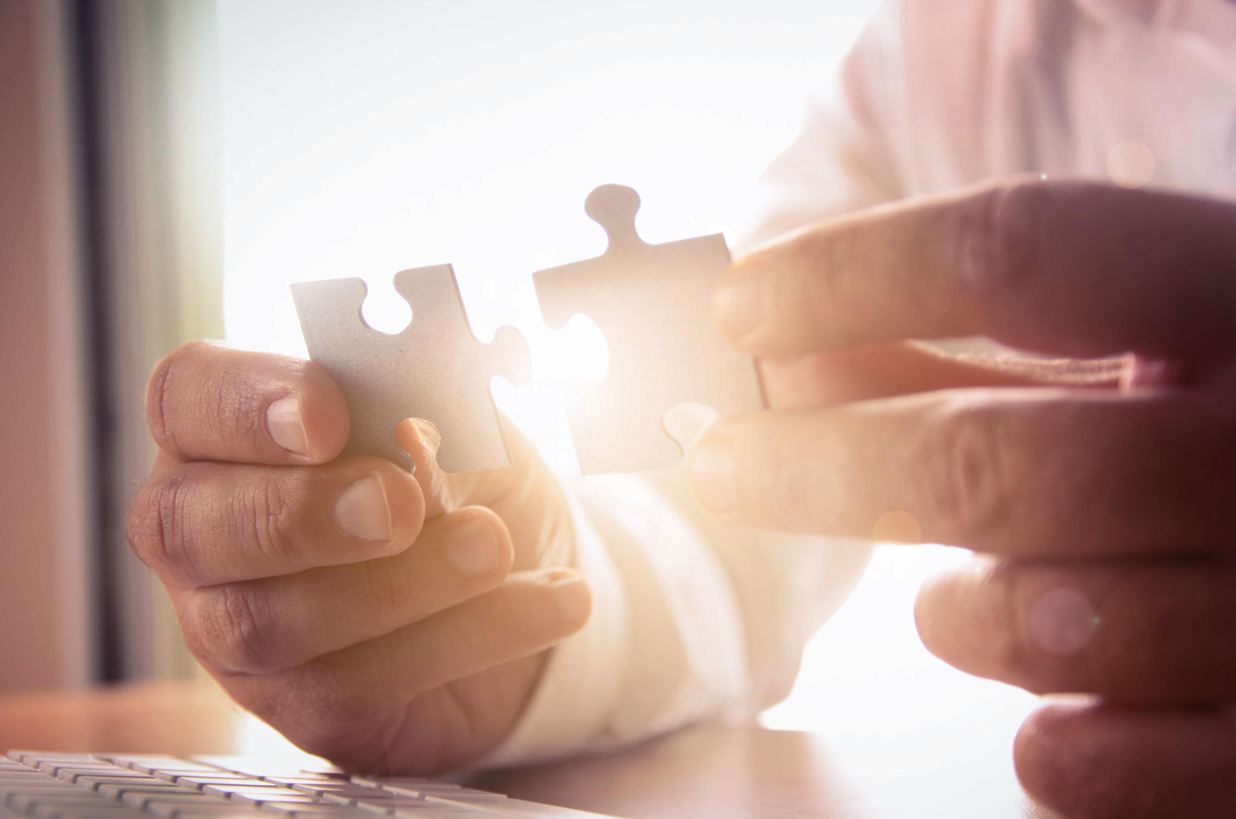 Puzzleteile zusammen führen